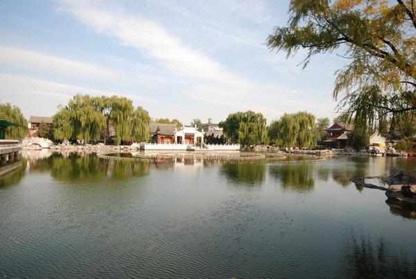 """北京大观园一日游玩攻略 谈红不说大观园,读尽红楼是枉然! 大观园,是为贾元春归省而营建的省亲别墅,由元春亲自命名。多少人感叹""""一梦红楼二百秋,大观园址费寻求""""。大观园位于北京市西城区,是一座再现中国古典文学名著《红楼梦》中""""大观园""""景观的仿古园林。大观园原址为明清两代皇家菜园,明代曾在此设""""嘉疏署""""。1984年为拍摄电视剧《红楼梦》,经红学家、古建筑家、园林学家和清史专家共同商讨,按作者在书中的描述,采用中国古典建筑的技法和传统的造园艺术手法,将文学作品中的大观园付诸现实。  大观园不可错过的"""
