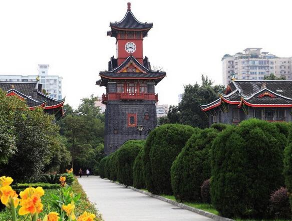 大学,本身就是一个浪漫而又充满时代气息的地方,许多人在这里收获了一段纯美的爱情。圣洁的校园当然要有着旖旎的风景才配得上书香之美誉。今天就来为您盘点一下中国最美的十大校园。即使没有机会在里面读书,单纯作为景点去游览一番也很不错哦~ 中国十大最美大学介绍:  一、厦门大学 厦门大学定居在风光秀丽的厦门岛南端,中西混搭的建筑散落云雾之中,宛如蓬莱仙境般若隐若现;又如珍珠翡翠,镶嵌于鹭岛之西。 碧波荡漾的芙蓉湖,棕榈树在这里也甘当绿叶。湖边拿着书的同学时而抬头,时而沉思,浓郁的学习气氛,让偶尔飞来的黑天鹅