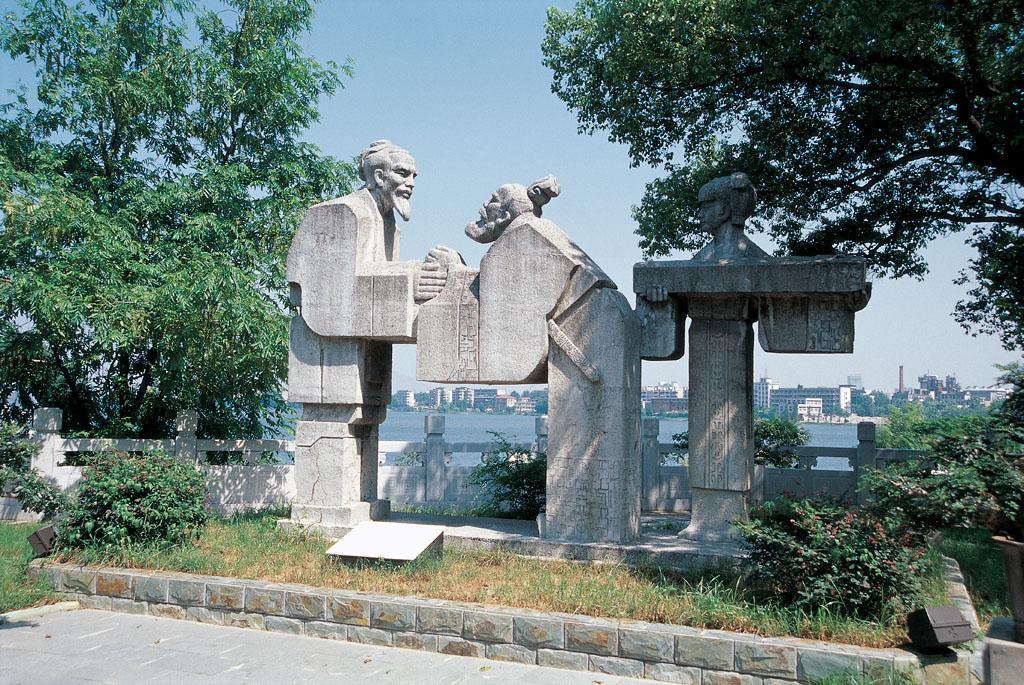 古琴台位于湖北省武汉市汉阳龟山西脚下美丽的月湖之滨,东对龟山,北临图片