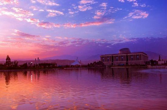 塔吉克斯坦 丝绸之路上绽放异域魅力 杜尚别 杜尚比名称在塔吉克语解作星期一,这亦指杜尚比著名的星期一市场。初到杜尚别的外国人,都会有这样的印象:这个城市太破旧了。但是只要你在杜尚别住上一阵,就会发现这是一个相当纯净的城市。杜尚别河犹如一条柔美的绸带绾起了扇面似的开阔平坦的市区,背后还有座座终年不化的雪山似断非断地叠靠在一起,在蓝天下反射出明净温柔的光。杜尚别最大的特点恐怕是出色的绿化了。无论你驻足于哪一片住宅区,都是绿树环抱,林木苍翠,处处闻啼鸟,在中国大城市中习惯了糟糕空气的你,一落地就能感觉自己