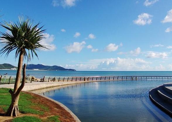 一,三亚好玩的地方:   三亚湾,位于三亚风景群的核心,银色海滩伴着