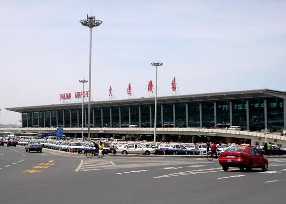 大连周水子国际机场(简称DLC)始建于1972年10月,现已成为国家一级民用国际机场,是国内主要干线机场和国际定期航班机场之一。 大连市的国际机场,原为军用机场。连续多年据东北各大机场首位,国际航线数量位居全国第四。机场占地面积284.46公顷,飞行跑道长3300米,停机坪面积20万平方米,新航站楼启用后,候机楼面积达6.