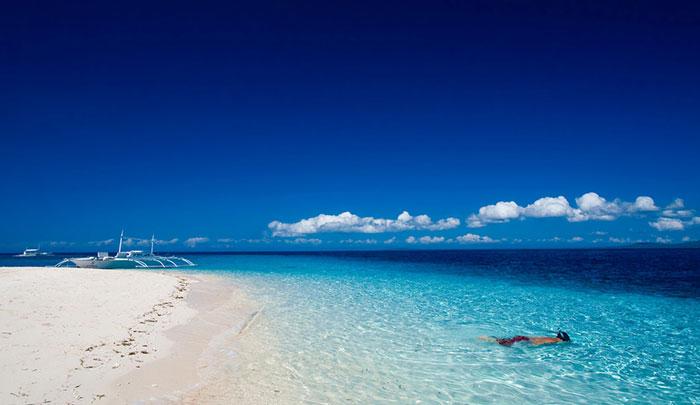 特点:薄荷岛是个珊瑚岛,海滩也是碎珊瑚变成的,本岛主要是历史、山和眼镜猴,离岛巴里卡萨海水非常清,处女岛简单有好多好吃的。古老的西班牙教堂、巧克力山和小眼镜猴是本岛上最大的看点了。水上活动少。 一句话点评:本岛看文化,离岛看风景,潜水不错。 推荐指数: 兰卡威(马来西亚) 旺季:5月-9月 停留时间:2天 景色:美好的沙滩、成片的红雨林,有趣的动植物,典型的热带岛屿。 交通:8分 消费:整体都比较便宜,自驾费用低。  特点:位于马来西亚西北部,与泰国相近的地方,这里自驾游非常方便,而且很便宜。这